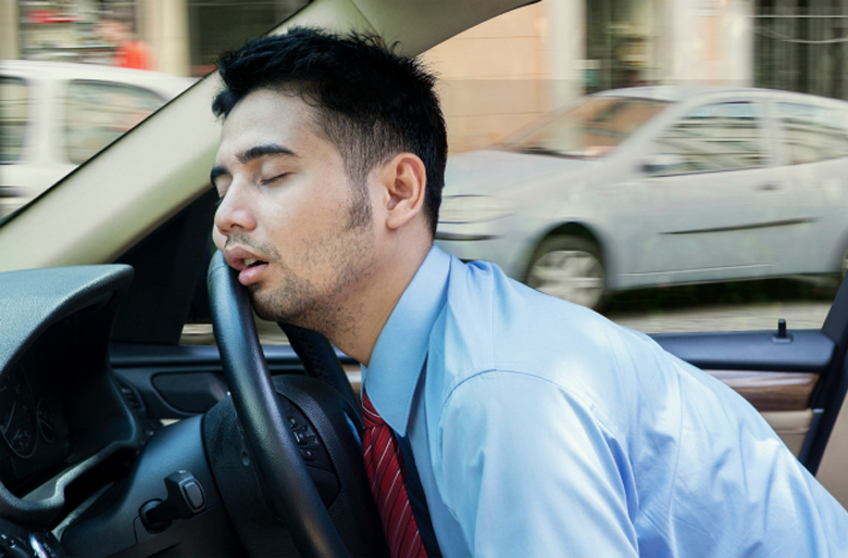 疲れた時に食べてはいけないもの_疲れた男性イメージ